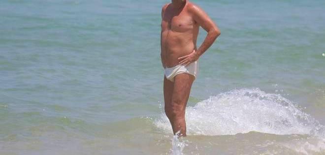 Sunga de Praia Branca fica transparente?