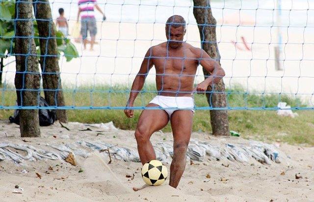 Romário joga futevôlei com sunga de praia da Barra no Rio de Janeiro 269de3c05fee9