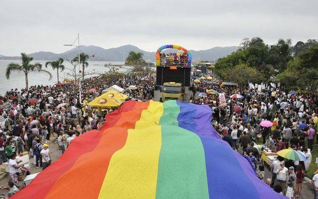 parada LGBT em Florianópolis.