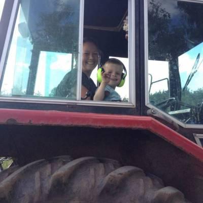 Christian og Moster Jannie kører traktor