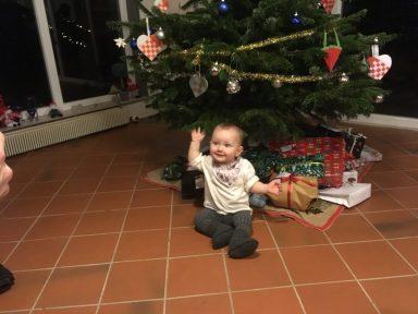 Fridas første juletræ med gaver