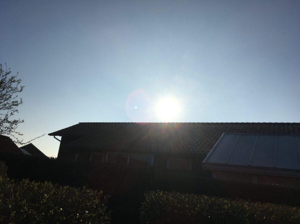 Sol og blå himmel