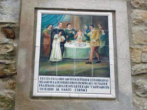 Azulejo na casa da cidade de Morella, no reino de Valência, onde, no ano de 1414, São Vicente obrou o prodigioso milagre da ressurreição de um menino ao qual sua mãe, alienada, tinha esquartejado e cozido para oferecer de comida ao Santo.
