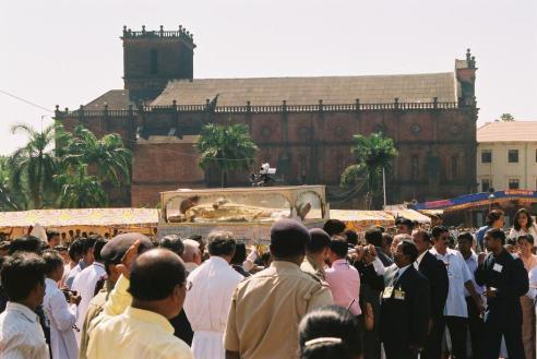 Procissão portando o corpo de São Francisco Xavier, venerado até por não católicos, pelas ruas de Goa em dezembro de 2004
