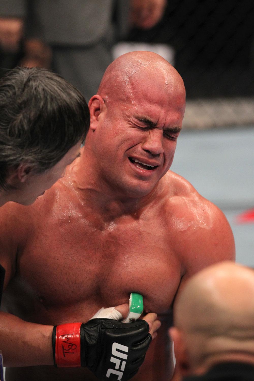 Ortiz tastet seine Rippen schmerzverzerrt ab. (Foto: UFC.com)