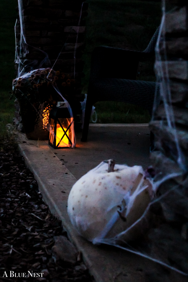 In less than ten minutes, transform your outdoor Fall space into an easy and spooky Halloween porch that's perfect for welcoming little spooks and goblins!