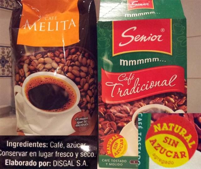 Gemahlener Kaffee: links mit, rechts ohne Zucker