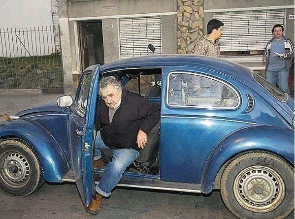 Pepe mit seinem Auto, das er nicht gegen einen teuren Dienstwagen eintauschen möchte