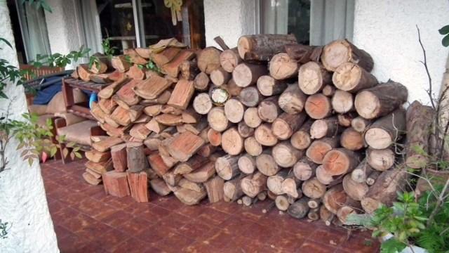 Unsere am Montag gelieferte Tonne Holz, je 500 kg Astillos (links) und Rolos (rechts)