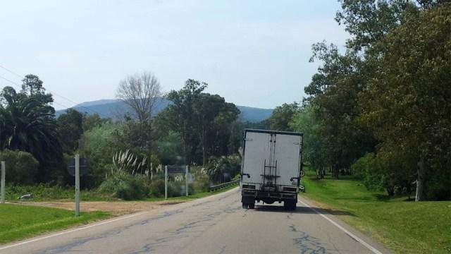 Auf dem Weg nach Las Toscas.  Die Neigung wurde durch geschicktes Beladen gut ausgeglichen.