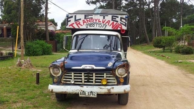 Das Auto gehört dem Pancho-Verkäufer auf der Feria Pinamar