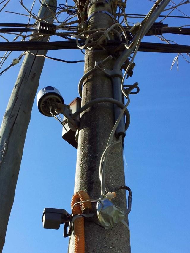 Außenverdrahtung für Licht und Tor-Motor am Strommast.