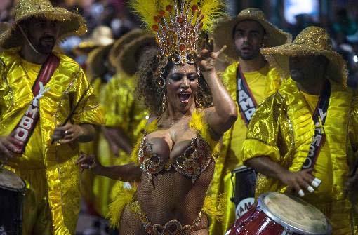 In Montevideo (Uruguay) feiern die Menschen ausgelassen den Beginn der Kanervalszeit.