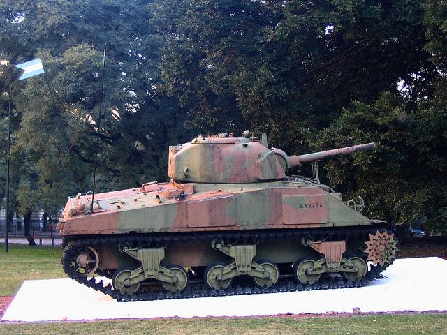 Alter Panzer als Denkmal in Buenos Aires, Argentinien. Nun sollen Milliarden in neue Waffen fließen – aus den USA