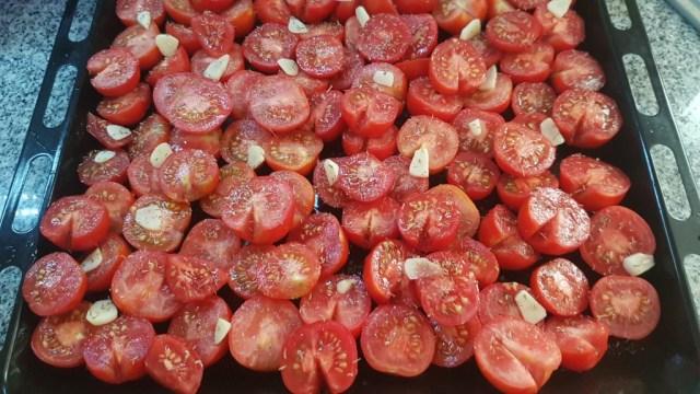 Tomaten, halbiert, Knoblauch in Scheiben, Öl, Salz, Pfeffer und Thymian. Bei 220°C für ca. 1 Stunde in den Backofen, passieren und fertig ist eine leckere Soße.