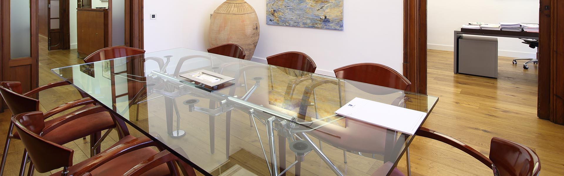 Mesa de cristal del despacho de Joan Castelló