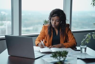 Frau im Büro einer Personalvermittlung vor einem Laptop