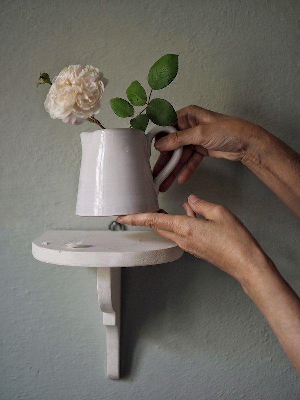 Brocca in ceramica con rosa