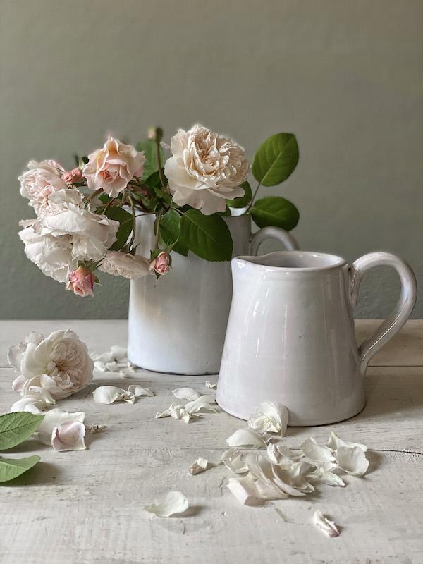 Constance -Brocca in ceramica bianca particolare