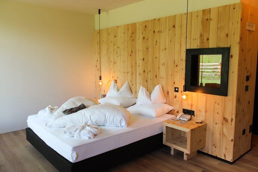 Hotel Pfösl: Design, Kulinarik und viel Zirbe inmitten der Dolomiten