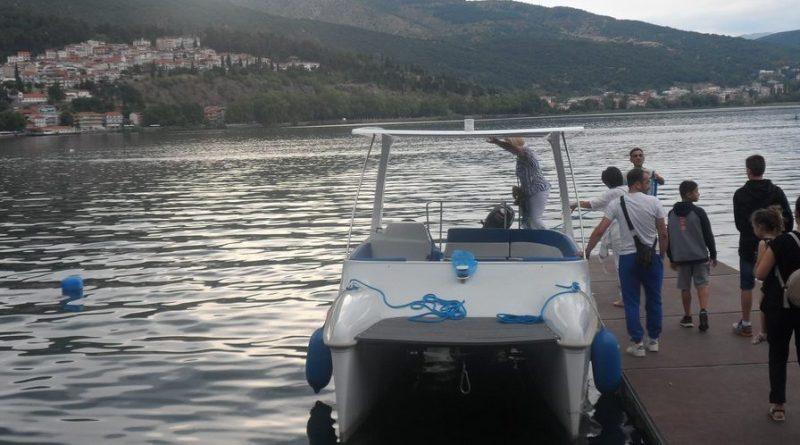 Κρουαζιέρα με το ηλιακό καραβάκι «Κάρανος» στη λίμνη της Καστοριάς