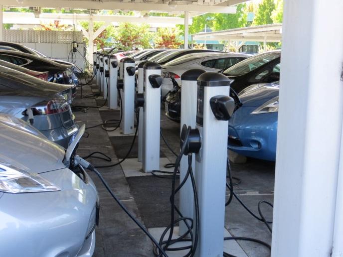 Muitas empresas de Valley têm estações de carregamento de EV, mas o enorme estacionamento de EV do Google é movido a energia solar. Painéis solares cobrem as carports