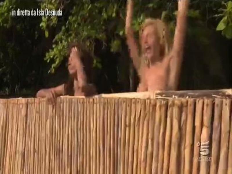Nudo in diretta allIsola dei Famosi Paola Caruso fuori
