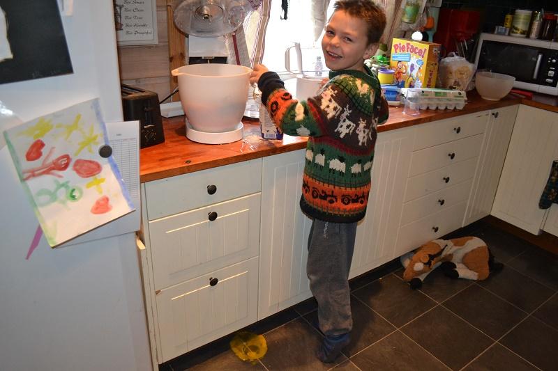 Kosetid med Eskil. Hver dag men denne karen er bare helt magisk bra. Her hjelper han til med å lage grønnsakskarbonader. Om det havner litt egg på gulvet gjør ingenting, Kanskje gamlehesten, hans elskede kosedyr, som ligger bak der slikker det opp :)