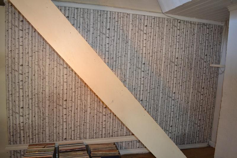 Her er veggen tapetsert, men trappen gammel falmet hvit.