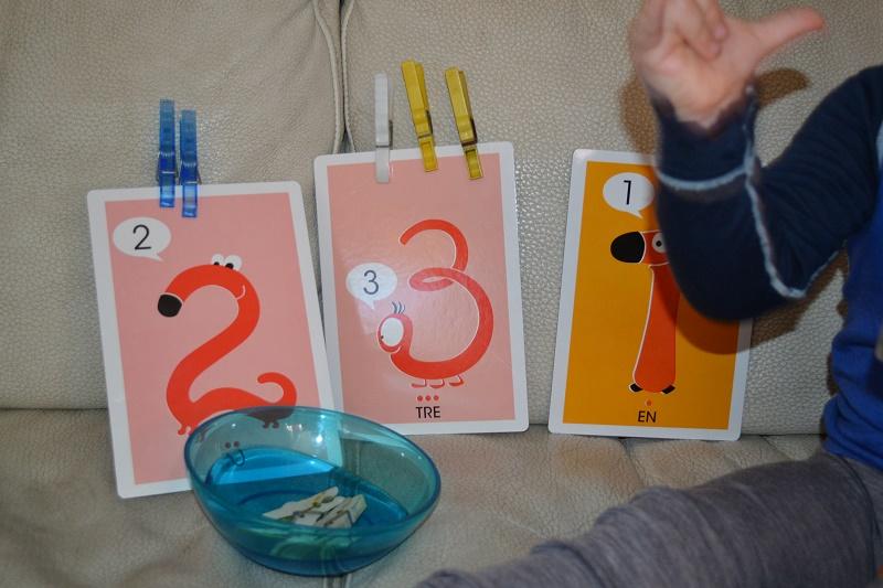 """Her bruker vi """"min første 1-2-3"""" fra Alfabetika og Mika fester rett antall klyper på kortene. Nå har jeg kjøpt en hel pakke med treklyper så han har mange klyper å bruke til dette."""