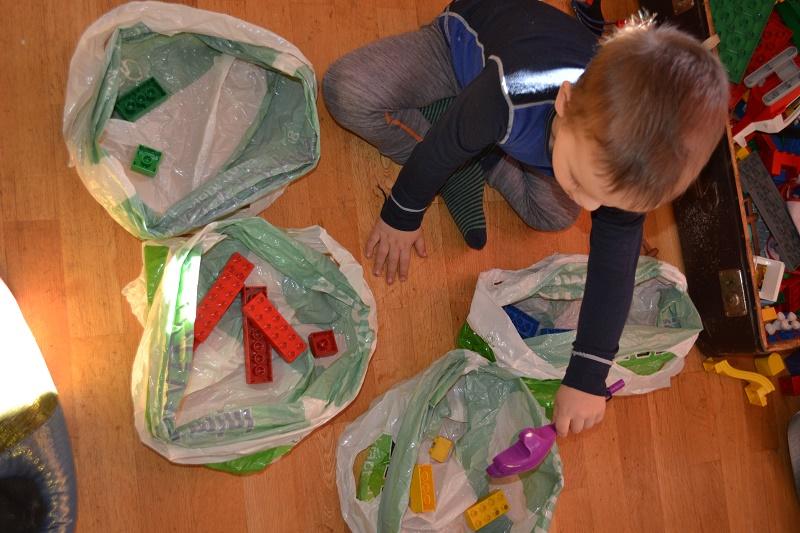 Sortering. Av mangel på bokser tok jeg her bare poser og han sorterte lego etter farger.  Jeg får vel skaffe noen fine bokser. Dette syntes han var kjempemorsomt! Etterhvert kan han også sortere bitene etter størrelse, uavhengig av farger.