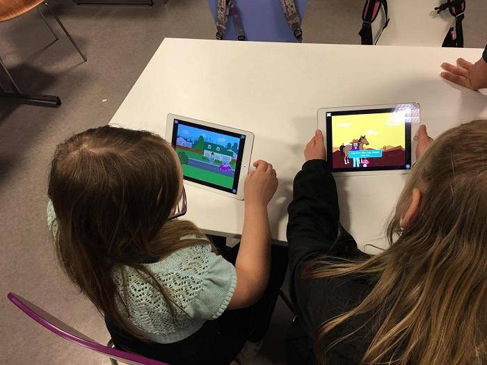 Barna er med på kodeverksted og lager film!