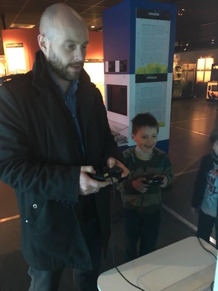 Far og sønn tester spill!