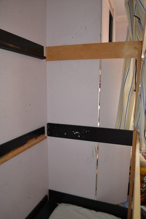 Jeg sager til tre endeplanker. De sorte er fra den gamle køyesenga, og den trehvite er en glattkant jeg hadde på loftet etter annen bygging i huset.