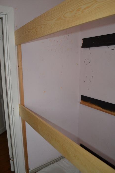 Jeg fester så planker til stolpene i samme høyde som de som er fester rett på veggen.