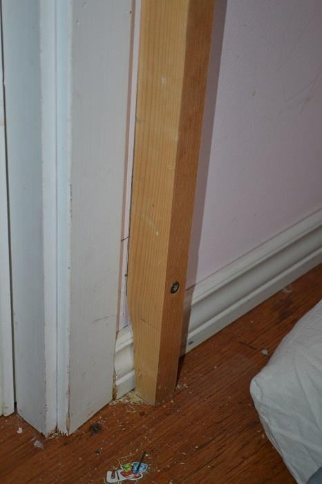 """Jeg skråsager nederst denne """"stolpen"""" så den står støtt i gulvet og ikke hviler på lista."""