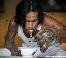 Tree man - L'uomo Albero mangia Noodles
