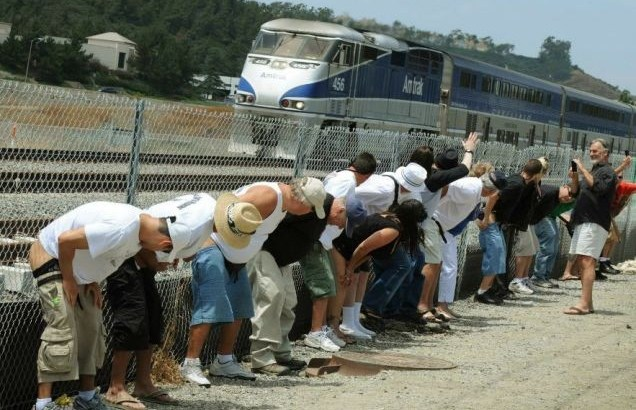 Chiappe al vento per il 'Mooning of the Amtrak'