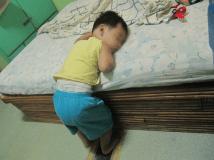 Bambini addormentati in posizioni assurde2