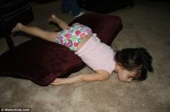 Bambini addormentati in posizioni assurde9