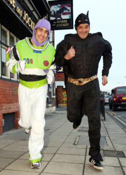 Batman e Buzz Lightyear sedano rissa (2)