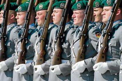 Spunta il seno ad alcuni militari tedeschi (2)