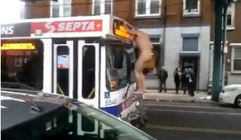 Uomo nudo di Philadelphia ferma un autobus