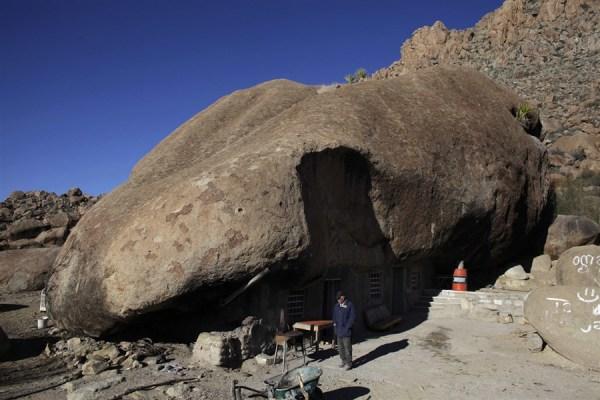 La famiglia messicana che vive sotto una roccia (1)