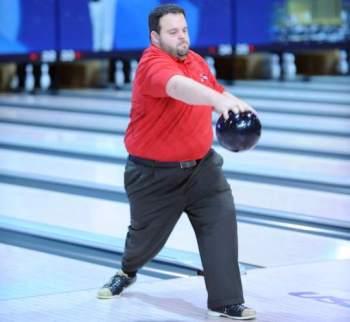 L'uomo che gioca a bowling lanciando di schiena