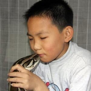 Bimbo cinese ha un pitone come babysitter (2)