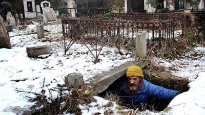 L'uomo che vive in una tomba