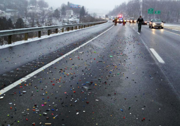 Caduta di mattoncini LEGO causa la chiusura di un'autostrada (2)