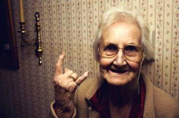 Coppia di anziani si vendica dei rumori dei vicini con la musica degli Iron Maiden