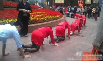 Dipendenti cinesi in ginocchio (1)